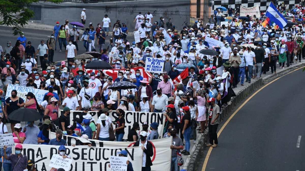"Salvadoreños en Estados Unidos ven como ""opción favorable"" reelección de Bukele, según encuesta"