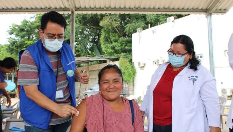 Líderes de Cocodes de Chisec están empezando a aceptar la vacuna contra el covid-19 después de varios esfuerzos del personal de salud que compiten con la desinformación que surge alrededor del virus. (Foto Prensa Libre: cortesía Área de Salud Alta Verapaz)