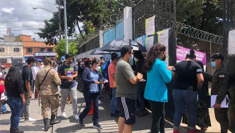 Personas hacen cola en el centro de vacunación Álida España, zona 3. (Foto Prensa Libre)