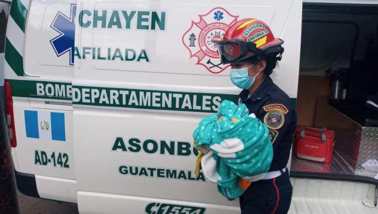 El pequeño fue llevado al hospital para recibir atención médica. Foto Prensa Libre: Bomberos Municipales Departamentales.