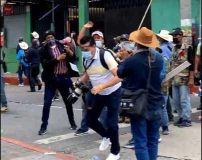 Veteranos militares agreden a seis periodistas en disturbios en el Congreso de Guatemala