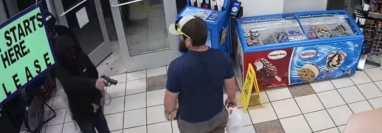 Sujetos intentan robar a mano armada un local, pero este hombre lo impide. (Captura de YouTube)