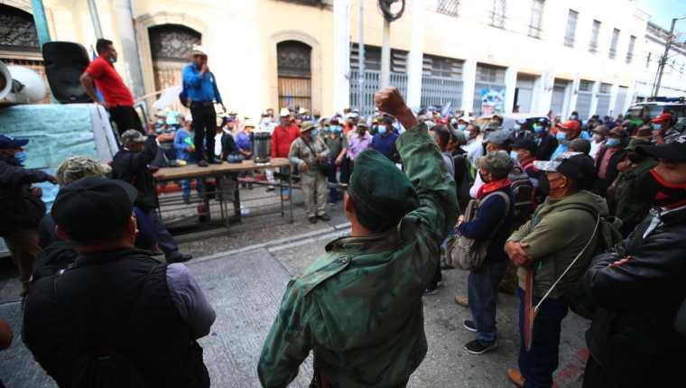 Veteranos militares permanecían desde este miércoles en el Congreso. (Foto Prensa Libre: Carlos Hernández)