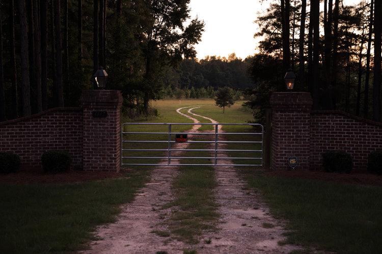 La reja de entrada a la finca de Islandton, Carolina del Sur, donde fueron encontrados la esposa y el hijo de Alex Murdaugh asesinados de un disparo. (Travis Dove/The New York Times)