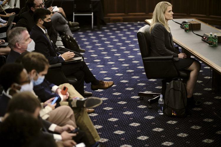 Frances Haugen, exempleada de Facebook y denunciante, testifica en una audiencia ante el Comité de Comercio, Ciencia y Transporte del Senado en Washington, el 5 de octubre de 2021. (T. J. Kirkpatrick/The New York Times).