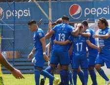 Los futbolistas de Cobán Imperial festejan el 2-0 conseguido por Robin Betancourth ante Nueva Concepción. (Foto Prensa Libre: Liga Nacional Facebook)