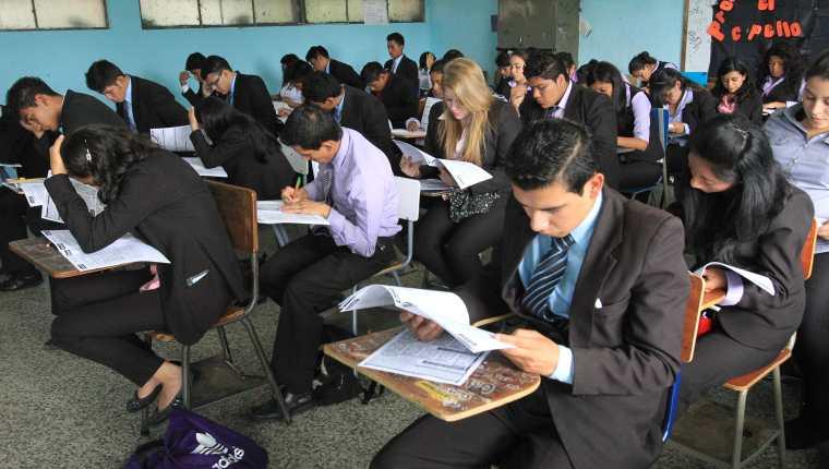 El Mineduc cambiará el papel y lápiz en la prueba de graduandos para hacer la evaluación en línea. (Foto Prensa Libre: Hemeroteca PL)