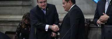 El presidente Alejandro Giammattei saluda al todavía presidente del Congreso, Allan Rodríguez. (Foto Prensa Libre: Hemeroteca PL)
