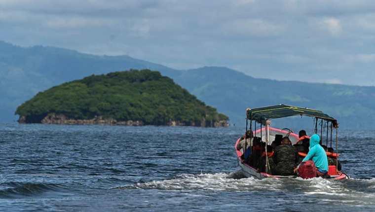 Soldados del Ejército y miembros de la Base Naval de Honduras se dirigen a la Isla Conejo -120 kms al sur de Tegucigalpa- para izar la bandera nacional, el 1 de septiembre de 2021. (Foto Prensa Libre: EFfffffffffE)