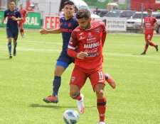 El jugador de Malacateco Matías Rotondi (rojo) gana el balón ante la marca de un rival. (Foto Prensa Libre: Liga Nacional Facebook)