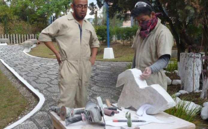 El Ministerio de Cultura seleccionará a 15 artistas escultores, para la suscripción de un contrato, por el monto de Q20 mil durante dos meses y medio. En la imagen artistas de la Escuela Nacional de Artes Plásticas Rafael Rodríguez Padilla (Foto Prensa Libre:  @enapguatemala)