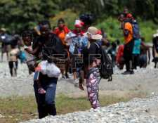 Las detenciones en puntos fronterizos de México y Estados Unidos continúan, a pesar de las advertencias de que no se permitirá el paso de migrantes. (Foto Prensa Libre: EFE)