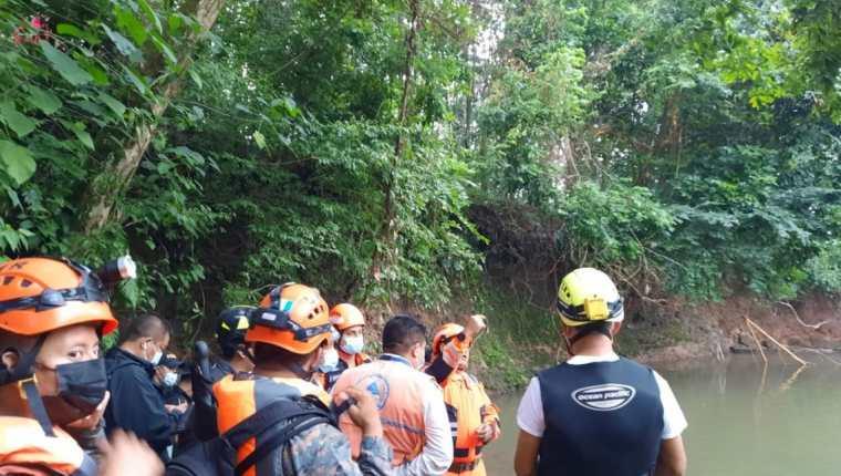 Cuerpos de socorro y autoridades en el lugar donde fue hallado el cuerpo de Mauricia Maribel Pérez Xiloj, en Cuyotenango, Suchitepéquez. (Foto Prensa Libre: Conred)