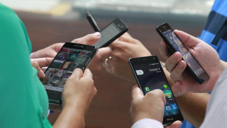 Datos recientes señalan que unos 9.23 millones de personas en Guatemala acceden a través de teléfonos celulares a las distintas redes sociales. (Foto Prensa Libre: Hemeroteca PL)