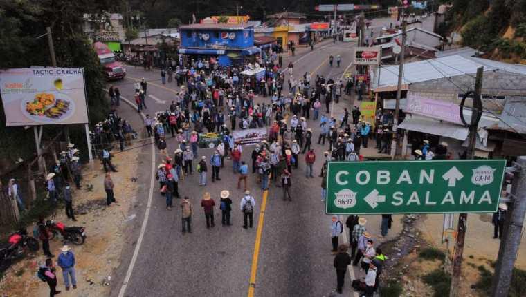 Bloqueo en la Cumbre de Santa Elena, kilómetro 132 de la ruta hacia Cobán, Alta Verapaz. (Foto Prensa Libre: Carlos Hernández Ovalle)