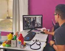 El pediatra Ricardo Valdez implementa la telemedicina en clínica de Alta Verapaz. El software que utiliza le permite tener apoyo  de médicos estadounidenses para el diagnóstico de los pacientes. (Foto Prensa Libre: Cortesía)