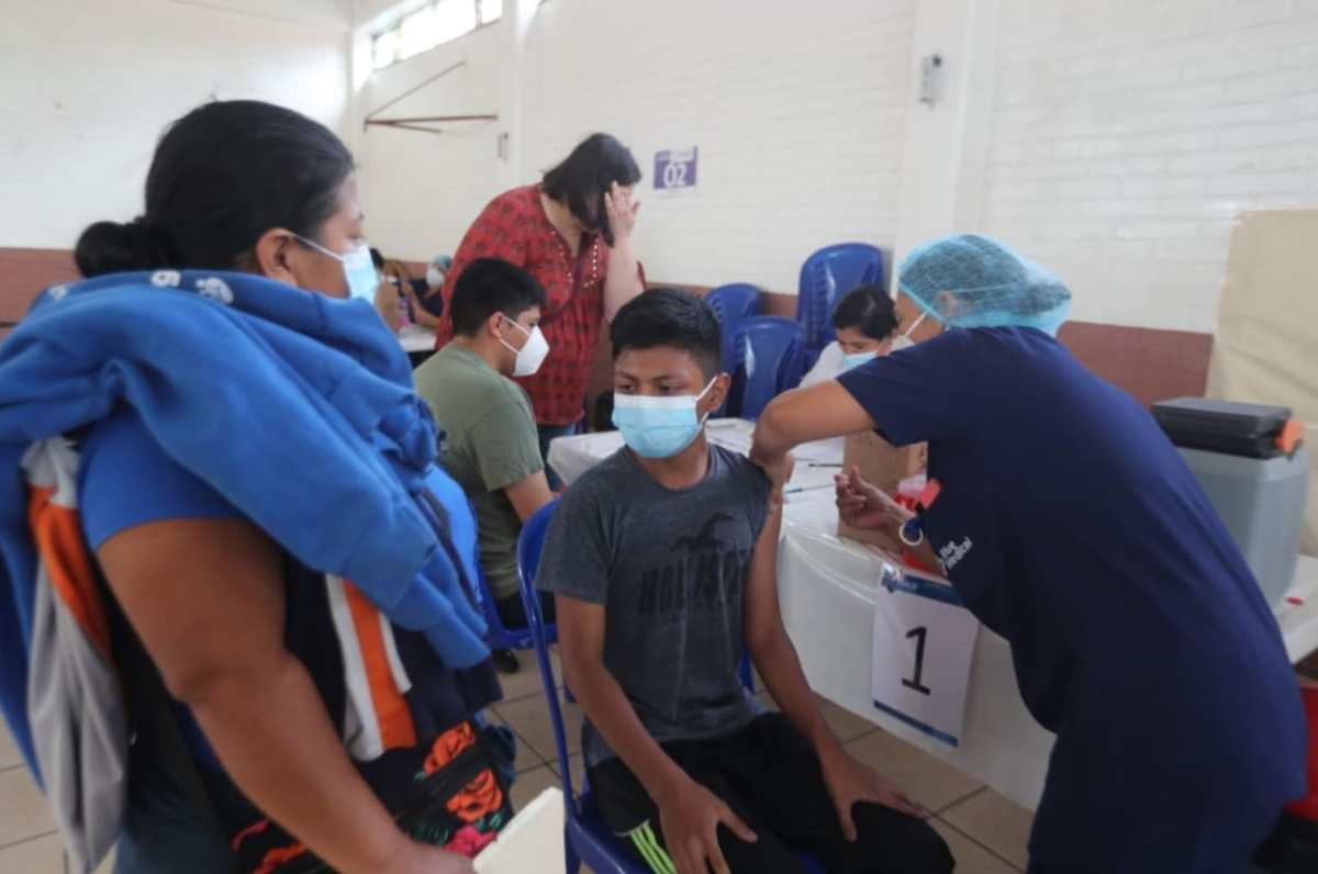 Suspenden vacunación de menores de 12 a 17 años porque se agotó el lote de vacunas Pfizer en área central de Guatemala