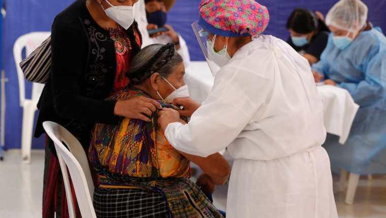 En las comunidades del país se ha identificado una serie de mitos que no permite el avance la vacunación contra el covid-19. (Foto Prensa Libre: Hemeroteca PL)