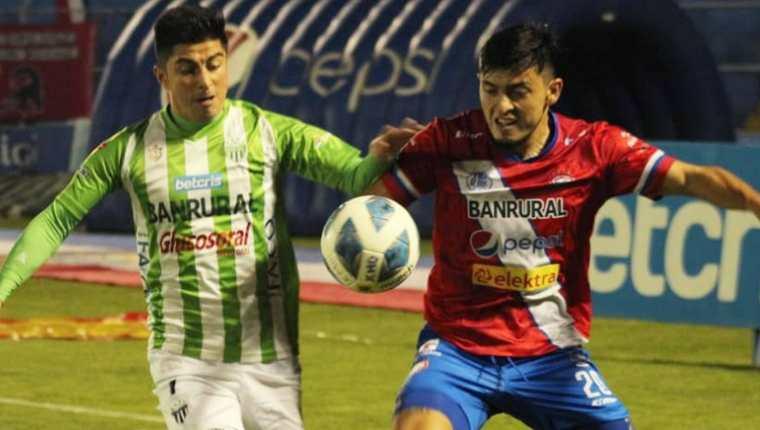 El jugador de Antigua Frank de León (derecha) disputa el balón junto con el jugador de Xelajú, Harim Quezada. (Foto Prensa Libre: Xelajú MC Facebook)